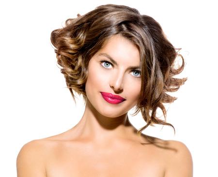 короткие волосы: Красота Портрет молодой женщины, изолированных на белом фоне