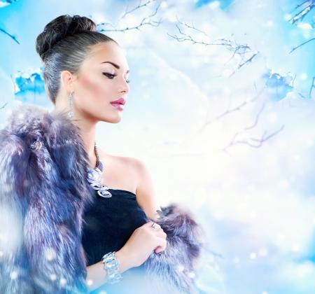 manteau de fourrure: Femme de l'hiver dans le manteau de fourrure de luxe de beaut� Mannequin fille Banque d'images