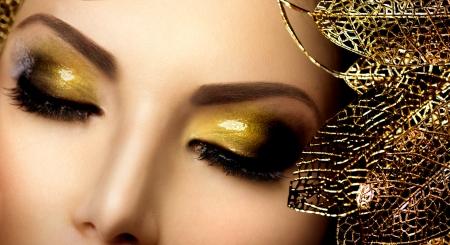 패션 매력적인 메이크업 홀리데이 골드 빛나는 아이섀도 스톡 콘텐츠 - 23910995