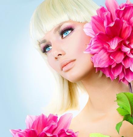 短い白い髪と青い目と金髪美少女 写真素材