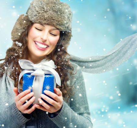 retrato de mujer: Mujer hermosa joven con la caja de regalo de Navidad Muchacha Sorprendida Foto de archivo