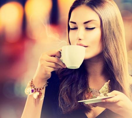 drinking coffee: Caf� Muchacha Hermosa t� de consumici�n o caf� Foto de archivo