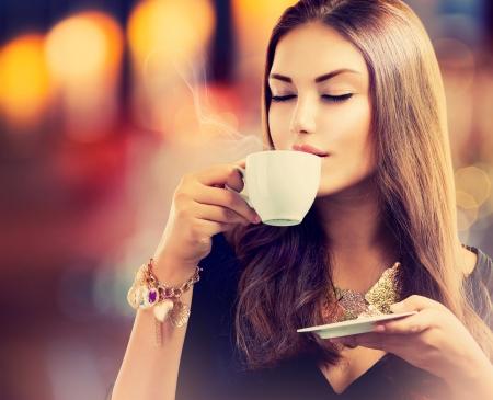 Café Belle Fille de boire du thé ou de café Banque d'images - 23961180