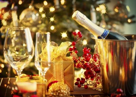 축하: 크리스마스와 새 해 휴일 테이블 설정 축하 스톡 콘텐츠