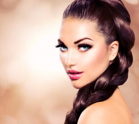lapiz labial: Braid Hair Hermosa Mujer con cabello largo marr�n saludable Foto de archivo