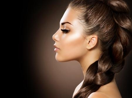 trenza trenza del pelo mujer hermosa con el pelo sano largo foto de archivo