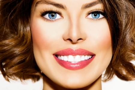 歯を白くする美しい笑顔若い女性の肖像画のクローズ アップ 写真素材