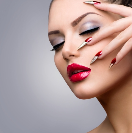 unas largas: Belleza Modelo Fashion Girl Manicura y Maquillaje Foto de archivo