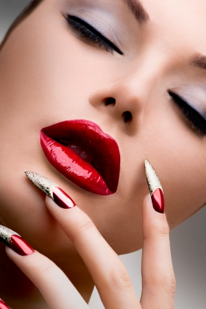 입술의: 패션 뷰티 모델 소녀 매니큐어 및 메이크업
