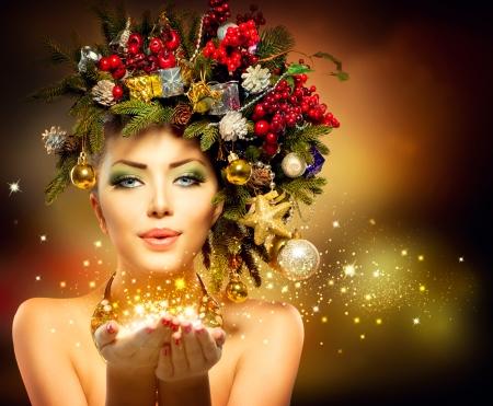 weihnachten zweig: Weihnachten Winter Frau mit Miracle in Ihren H�nden