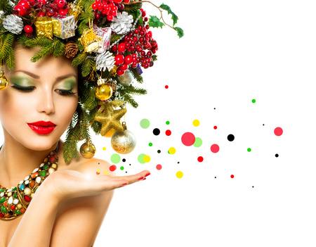 クリスマス女性美しい休日のクリスマス ツリーのヘアスタイル