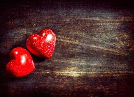 parejas de amor: Valentines vendimia hecha a mano de los corazones de los pares sobre fondo de madera Foto de archivo