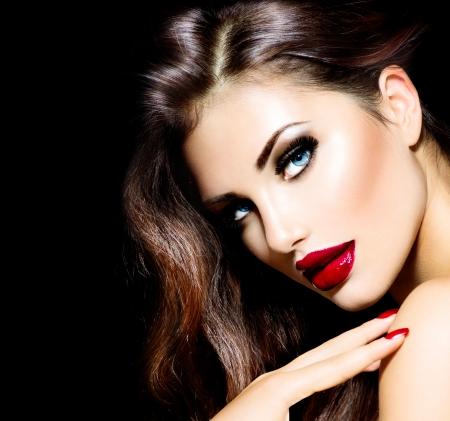 美女: 性感美麗的女孩,紅色的嘴唇和指甲化妝挑釁 版權商用圖片