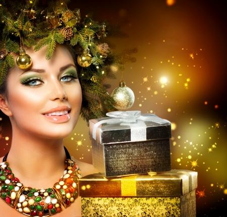 Kerst Winter Vrouw met de Giften van Kerstmis Stockfoto