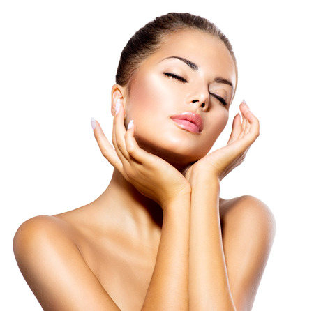 masajes faciales: Beauty Spa Mujer hermosa del retrato de la muchacha que toca su cara Foto de archivo