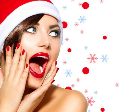caras chistosas: Mujer de la Navidad Belleza Modelo Chica en Santa sombrero sobre blanco