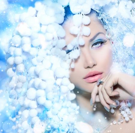 流行: 冬美美しいファッション モデルの女の子雪髪のスタイル