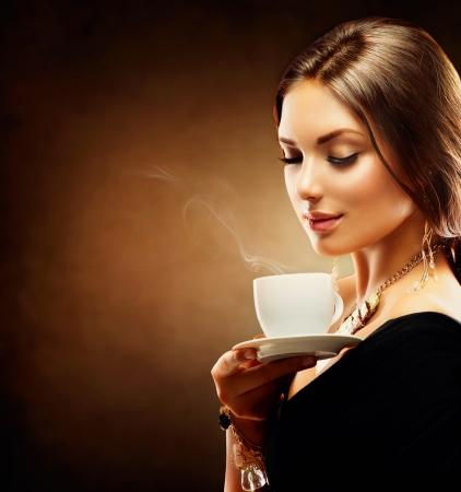 tomando café: Café Muchacha Hermosa té de consumición o café Foto de archivo