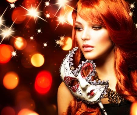 cabello casta�o claro: Mujer hermosa con la m�scara de carnaval Foto de archivo