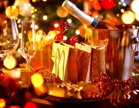 축하: 크리스마스와 새 해 휴일 테이블 샴페인과 설정 스톡 콘텐츠