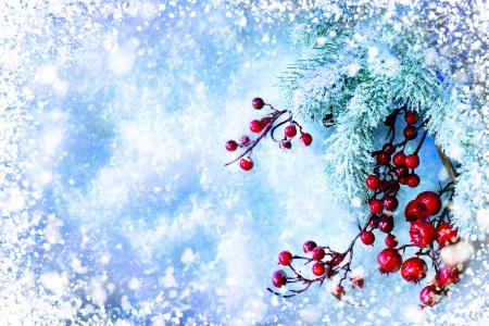 クリスマス ツリーと雪の背景の上の装飾