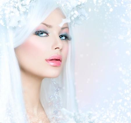 雪の髪型と冬の美しさの美しいファッション モデルの女の子