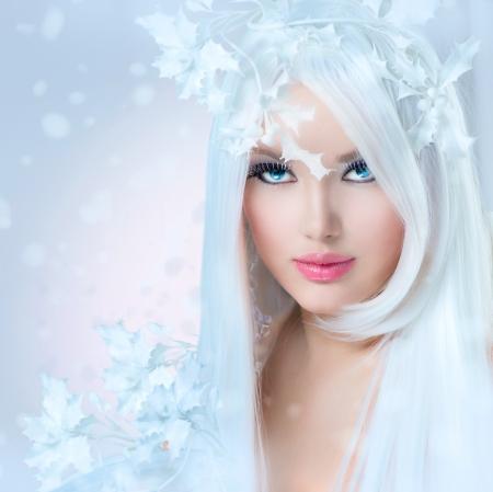 beleza: Winter Beauty Girl Fashion Modelo bonito com neve Penteado Banco de Imagens