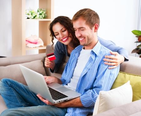 Online winkelen Gelukkig Paar dat creditcard gebruikt om Internet Shop Stockfoto