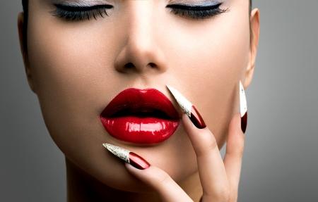 unas largas: Belleza Modelo Fashion Girl Manicura y Maquillaje U�as