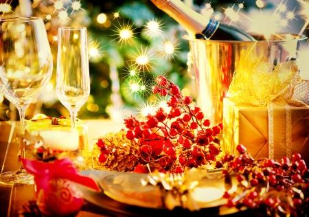 Glasses of champagne and candles: Giáng sinh và năm mới sạn Holiday Bảng Thiết với Champagne