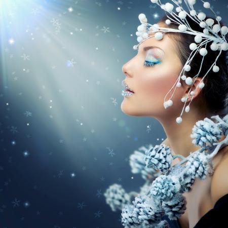 美しさ: 冬の美しさの女性クリスマスの女の子の化粧