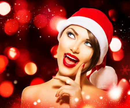 mode: Vrouw van Kerstmis over gloeiende Vakantie