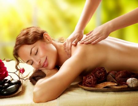 Spa Mujer hermosa en salón del balneario, recibiendo el masaje