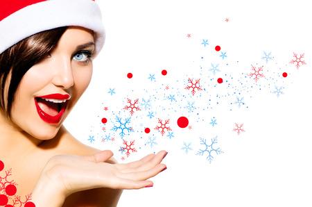 schneeflocke: Weihnachtsfrau Beauty Girl in Santa Hut isoliert auf Weiß