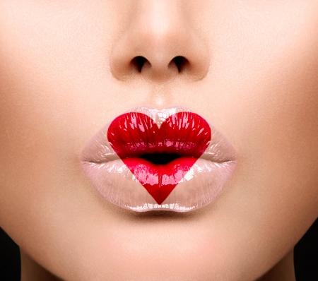 labios sexy: Belleza Sexy Lips con pintura en forma de coraz�n D�a de San Valent�n Foto de archivo