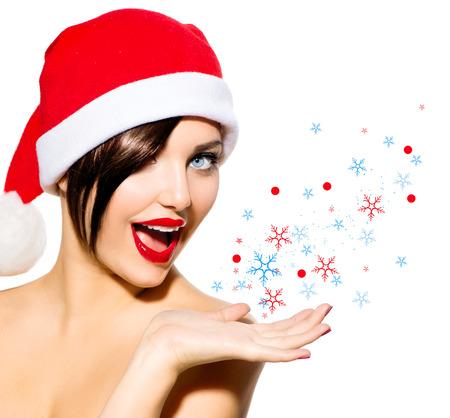 美女: 聖誕女人美麗的女孩在聖誕老人的帽子在白色孤立
