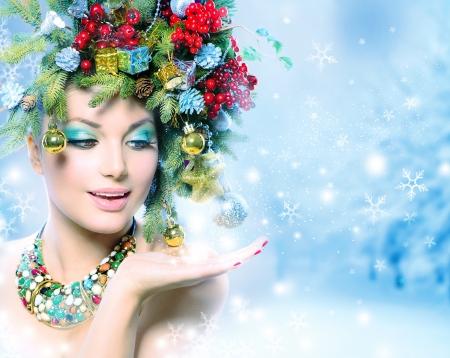 彼女の手で奇跡とクリスマス冬女 写真素材