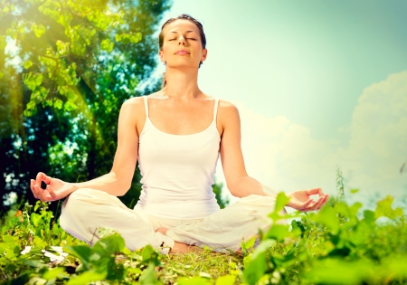 Jonge vrouw doet yoga oefening buitenshuis Stockfoto