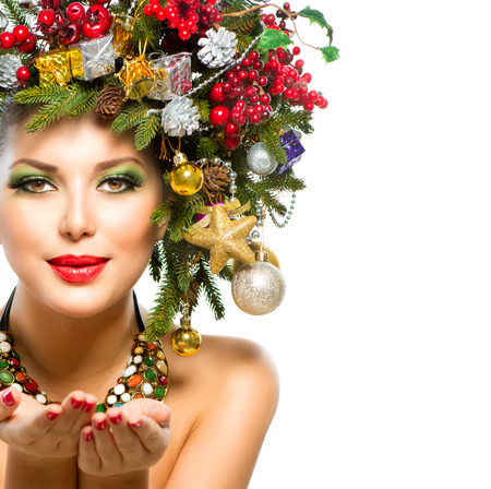 boldog karácsonyt: Karácsonyi nő Christmas Tree Nyaralás frizura és smink Stock fotó