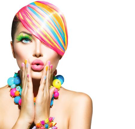regenbogen: Schoonheid vrouw met kleurrijke make-up, Haar, nagels en accessoires Stockfoto