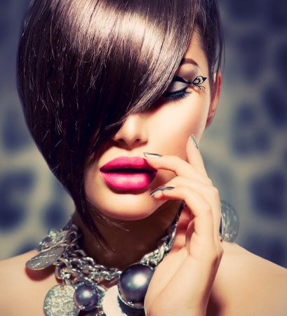 modelo sexy: Fringe Beauty Girl Modelo sexy con maquillaje perfecto y manicura