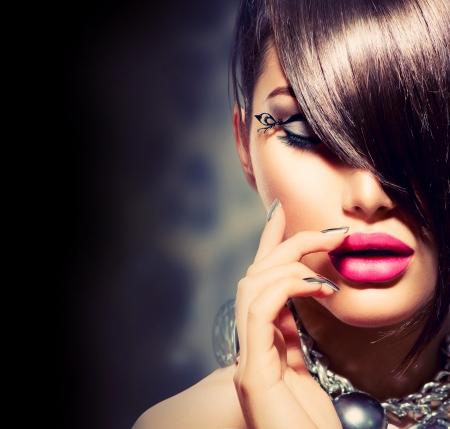 makeup model: Fringe Bellezza Modello sexy della ragazza con il trucco perfetto e manicure