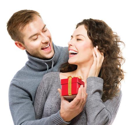 バレンタインの s 日のバレンタイン贈り物幸せな若いカップルを提示