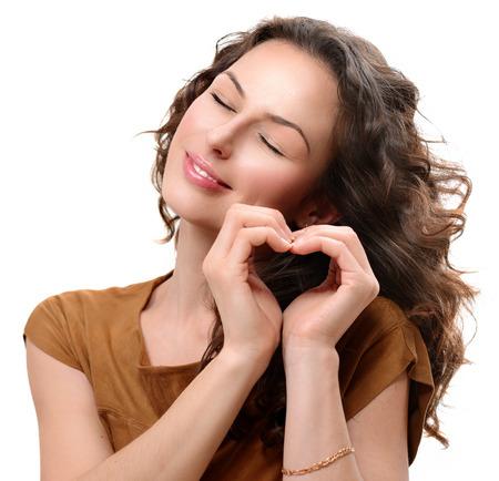 Vrouw in liefde toont hart met haar handen Valentijnsdag s Stockfoto