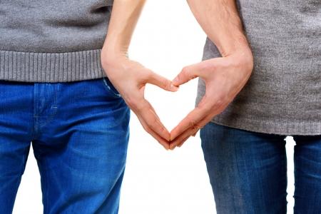 Valentine pár v lásce ukazuje srdce s prsty