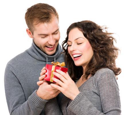 couple heureux: Valentine cadeau jeune couple heureux avec l'actuelle Saint Valentin Banque d'images