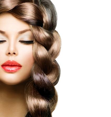 cabello casta�o claro: Braid Hair Hermosa modelo de mujer con cabello largo marr�n saludable