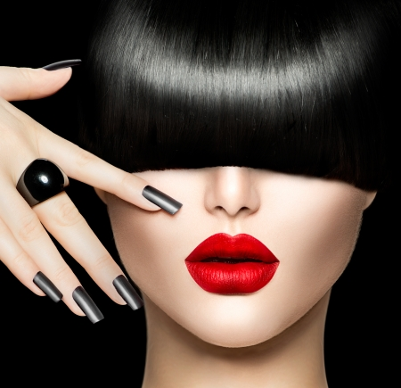 Portret schoonheid meisje met trendy stijl van het haar, make-up en manicure