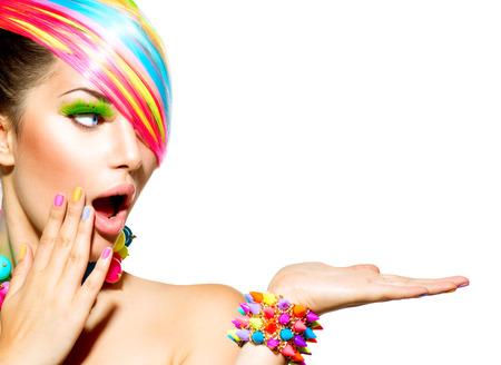 Schoonheid vrouw met kleurrijke make-up, Haar, nagels en accessoires Stockfoto