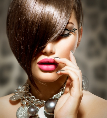 Fringe Beauty Girl Modelo sexy con maquillaje perfecto y manicura photo